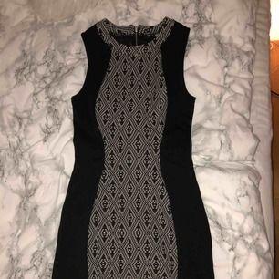 Säljer tight klänning från H&m divided💞 Sitter super på, är bara lite för stor för mig. Frakt tillkommer.