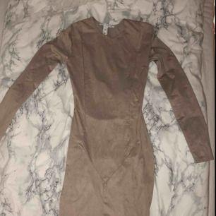 Säljer tight klänning från Nelly. Super fin! Säljer för att den bara ligger och skräpar i garderoben 💞 Frakt tillkommer!