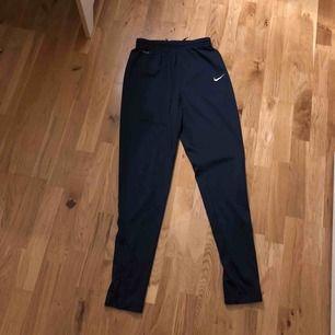 Blåa Nike byxor. Herrmodell