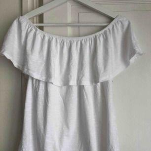 En snygg, vit off-shoulder tröja