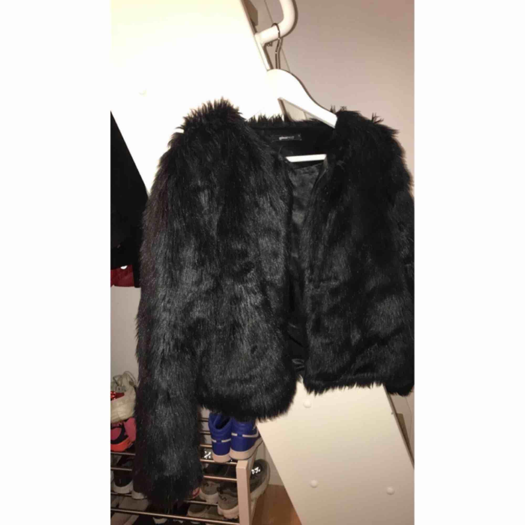 En svart fake päls jacka från GinaTricot som jag inte använder längre. Jackor.