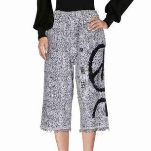 byxor från exklusiva märket HAAL. dyra i inköp men aldrig använda. typ culottes 3/4-delslängd och frottéaktig finish. såå gosiga att ha på sig