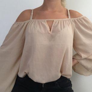 Superfin beige blus med stora vida ärmar, den är lång i modellen men snygg att stoppa in innanför ett par jeans. Använd men fint skick!