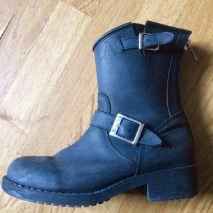 """Johnny Bulls i modellen """"mid boot"""" - inköpta förra vintern men endast använda få gånger. Jättebra skick och välvårdade, nypris runt 1500kr. Perfekt nu till vintern så fynda!!💕"""