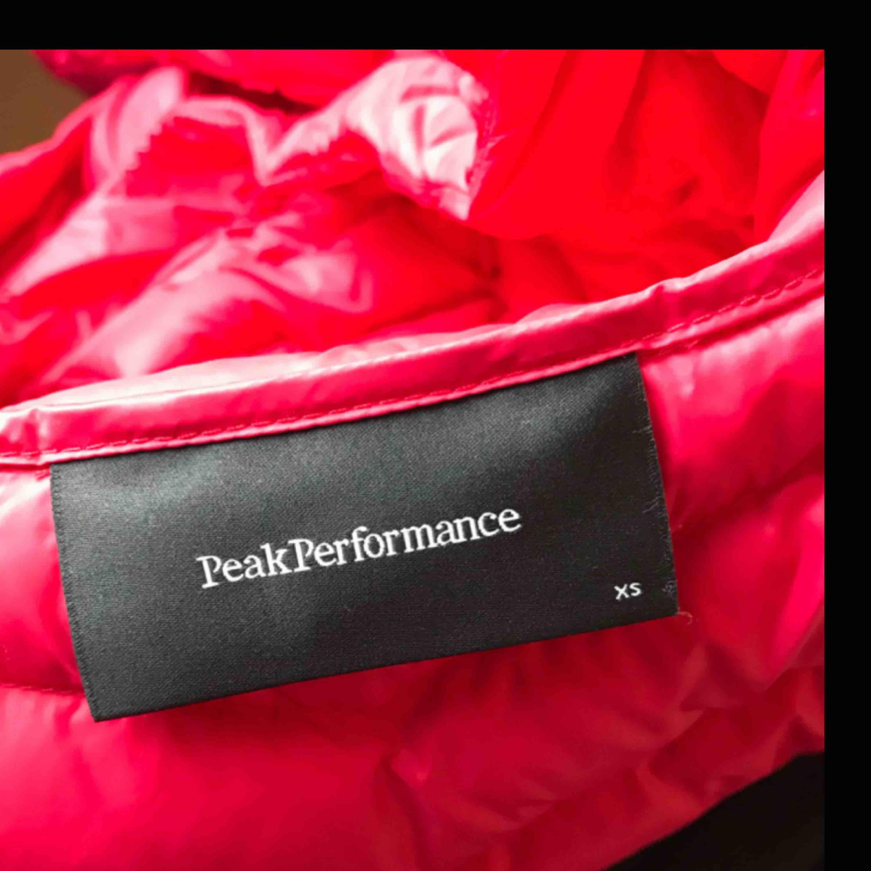 En helt ny Peak performance jacka i storlek XS, färgen är väldigt speciell men skulle säga den är rosaröd! Den är helt oanvänd. Nypris: 2700kr! Kan gå ner i pris vid snabb affär. Jag kan frakta så länge köparen står för frakten & jag har swish💌. Jackor.