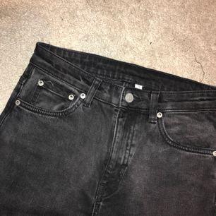 """Snygga gråsvarta jeans från weekday, modell """"way"""". Använda en gång. Passar på 26-27 eftersom weekdayjeans töjer sig. Säljer pga förstora för mig tyvärr /:  Frakt: 50kr eller möts i sthlm. Nypris: 500kr"""