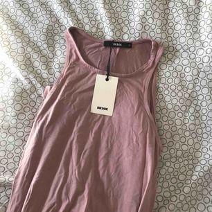 Helt ny klänning, säljes då den inte passa bra på mig!