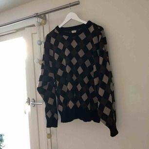 Snyggt tröja från beyond retro! Perfekt för aktuellt vädret. Mötas upp i Stockholm annars frakt tillkommer.