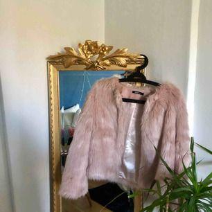 En jätte fin rosa pälsjacka köpt här på Plick för 400kr men passade inte mig så därför säljer jag den vidare. Köpt på Gina Tricot från början. Aldrig använd🌸🌸