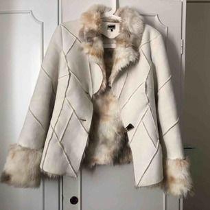 Säljer då den här fina jackan som jag fick i present. Från vila i storlek S, dock så har en av knapparna gått av. Frakt tillkommer