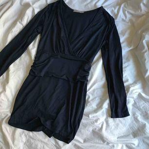 Silk-stretch mörk-blå fin tröja. Längre modell. Komfortabel och slim.