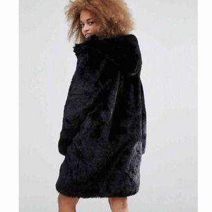 Jättefin kappa i fuskpäls fr Monki i nyskick. Använd ett tiotal gånger och säljes pga har för mycket jackor 🤷🏻♀️🤷🏻♀️🤷🏻♀️  Strl M  Inköpt på Monki för 1000 kr  Köparen står för frakt 📦