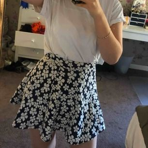 En söt kjol från H&M. Använd högst 3 gånger. Kan mötas upp i Uppsala eller skickas, köpare står för frakt. Swish eller kontant.