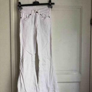 Ett par snygga vita bootcat jeans. Dom är uppsydda då de var lite för långa för mig (jag är 167 cm) men de går självklar att sprätta upp.
