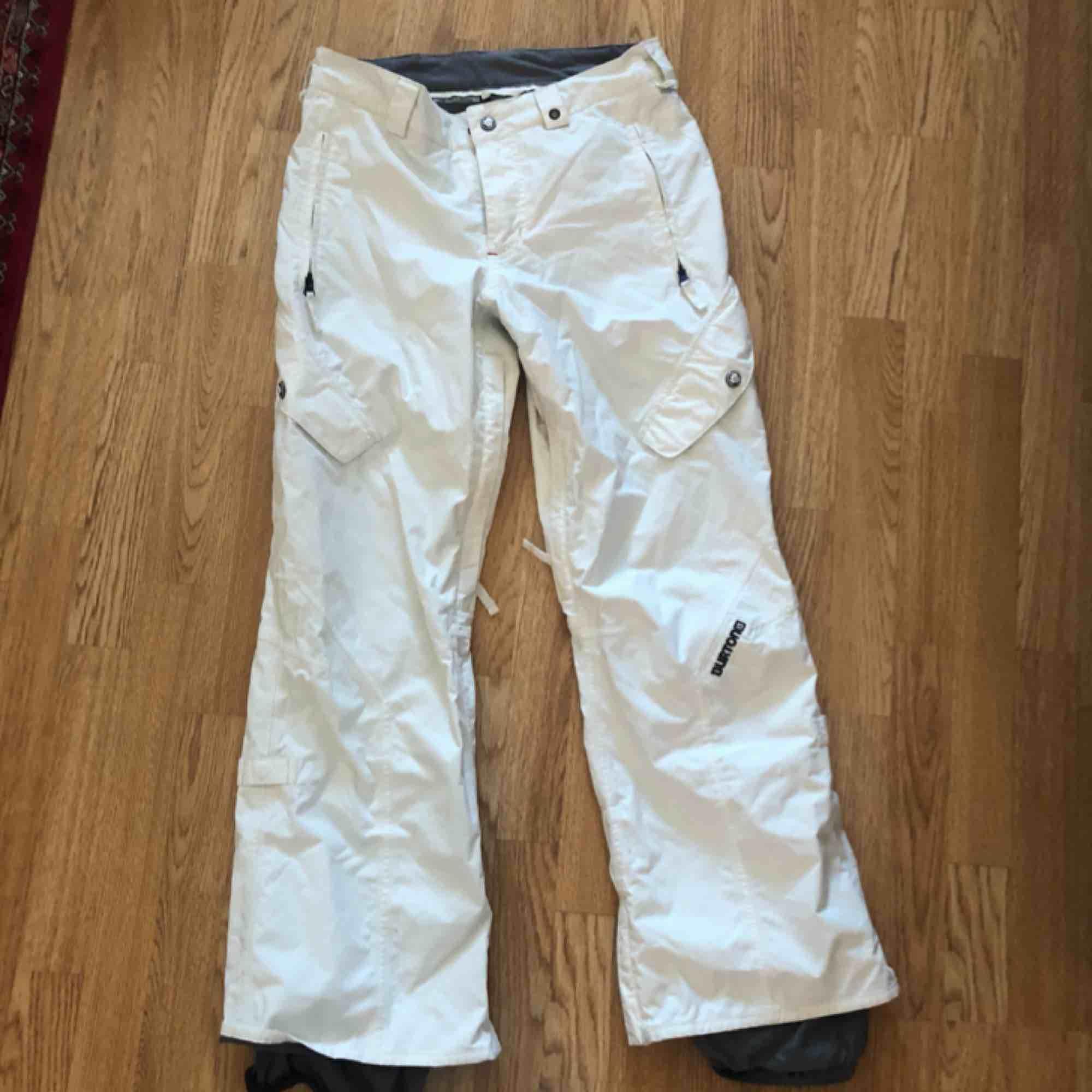 Burton skidbyxor. Köparen står för frakten. . Jeans & Byxor.