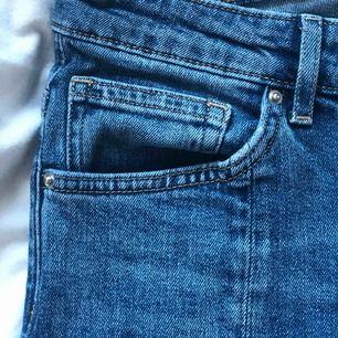 Jeans med sömn fram-och baktill och medelhög midja. Mycket bra skick!