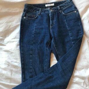 Mörkblå jeans i mycket bra skick. Medelhög midja och straight fit. Söm framtill. Använda en gång och säljes pga stora o storleken