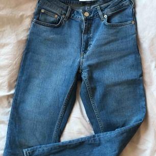Ljusblå jeans i rak modell och medelhög midja