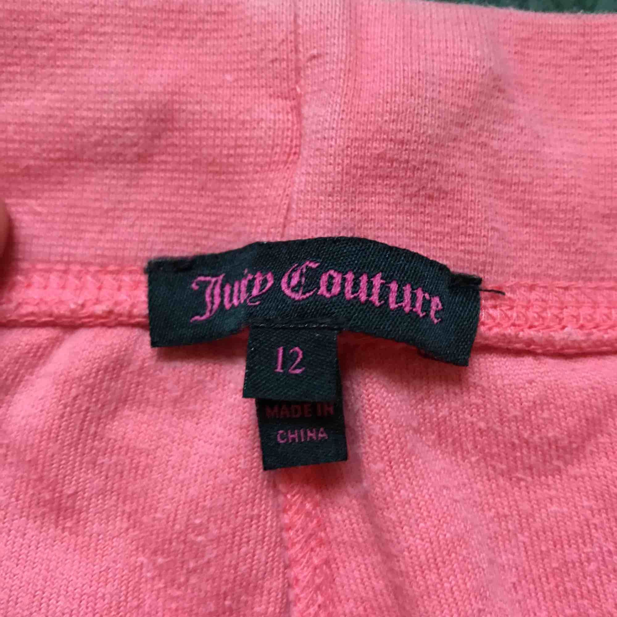Jättefina korallfärgade juicy couture byxor i bra skick!. Jeans & Byxor.