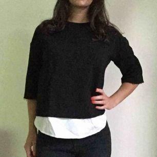 Svart tröja med vit del nedtill. Från Mango i storlek S. Stretchig i materialet och superskön att ha på sig.
