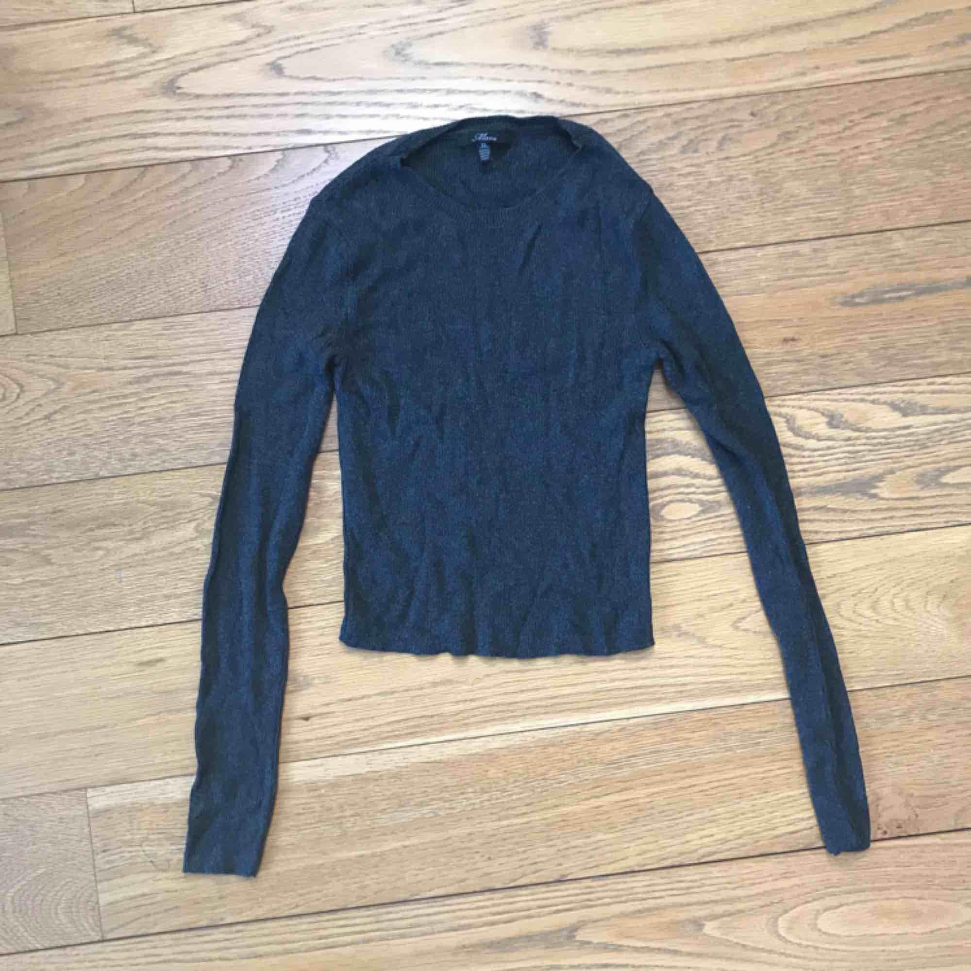 Midjekort mörkgrå stretchig tröja från turkiska Mavi, köpt i Istanbul. . Stickat.