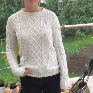 Superfin vit stickad tröja från Bershka, stl S men sitter bättre på en person med M🌿 Köpare står för frakt;)