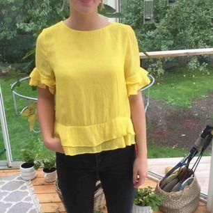 Gul blus från Mango i stl M, är ganska liten över brösten för mig med C kupa men är lite stor på min syster (se bild) som har stl S på kläder, endast använd tre gånger🌞 Köpare står för frakt;)