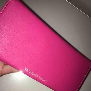 Plånbok från Victoria secret aldrig  använd jätte fin