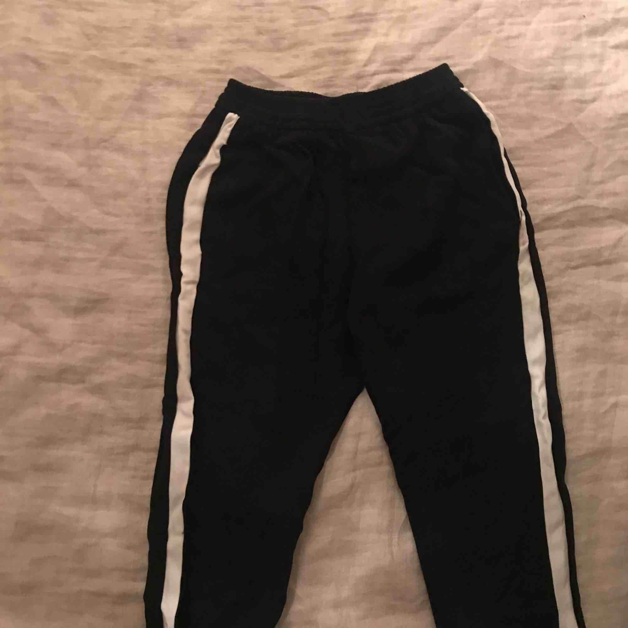 Supersköna svarta byxor med vita - Zara Jeans   Byxor - Second Hand 7f16c173de719