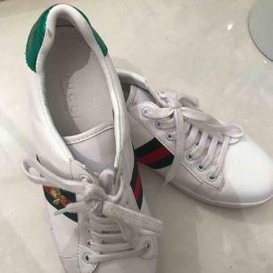 AAA kopior av Gucci ace sneakers!  Säljer pga köpt fel modell Använda ett fåtal gånger superbra skick Priset kan diskuteras!!!
