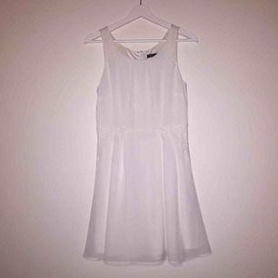 Jättesöt vit klänning från MQ. Spetsdetaljer i midjan och vid axlarna. Fint fall på klänningen och i väldigt bra skick.
