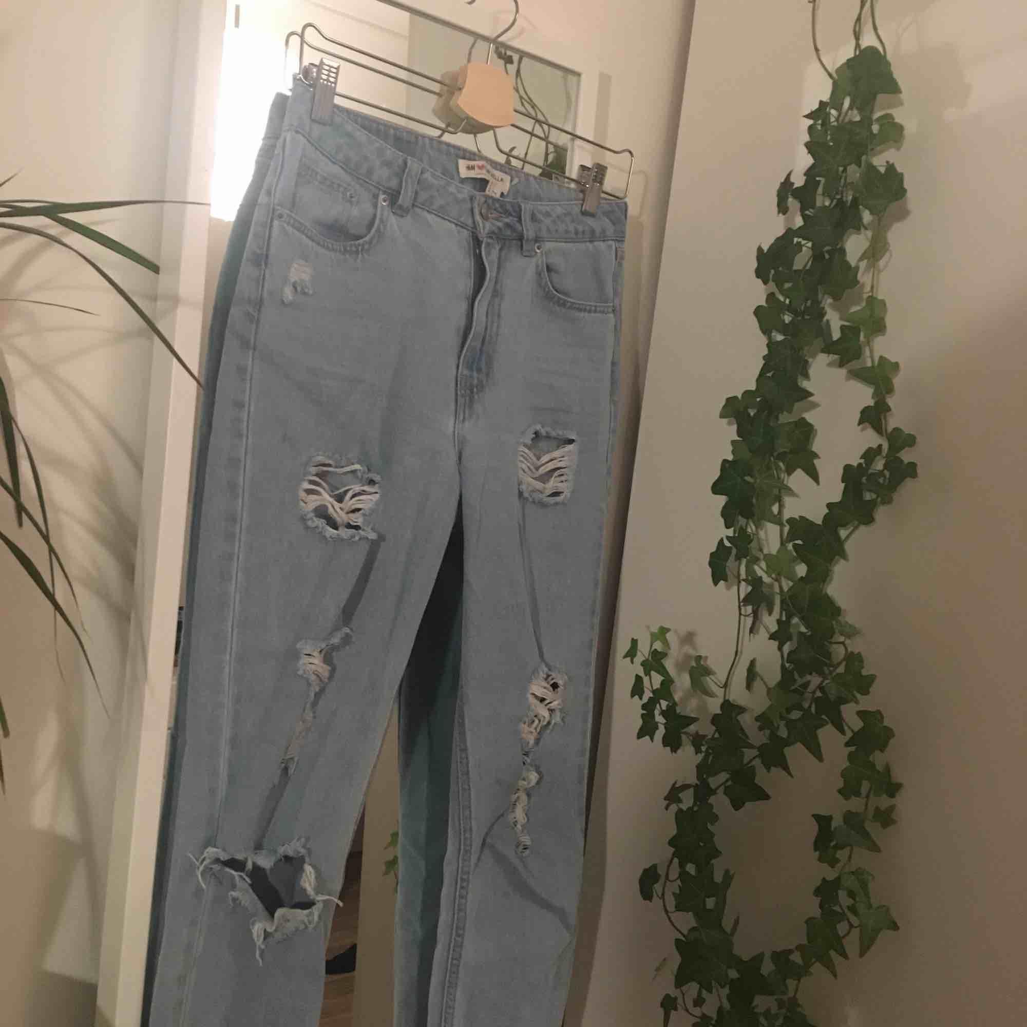 mom jeans med slitningar