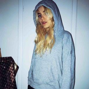 Mysig grå hoodie i en mer boxig fit! Kan postas 🖤 kika gärna alla annonser då allt ska bort