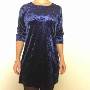 Jättefin mörkblå klänning i sammet. Storlek M men passar även S. Färgen är som på sista bilden.