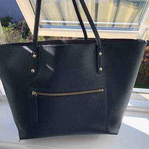 """Super snygg väska. Dock tyvärr aldrig kommit till användning. Köpt på accent för 500kr.  Väskan har avtagbar """"necessär"""" inuti med småfack i."""