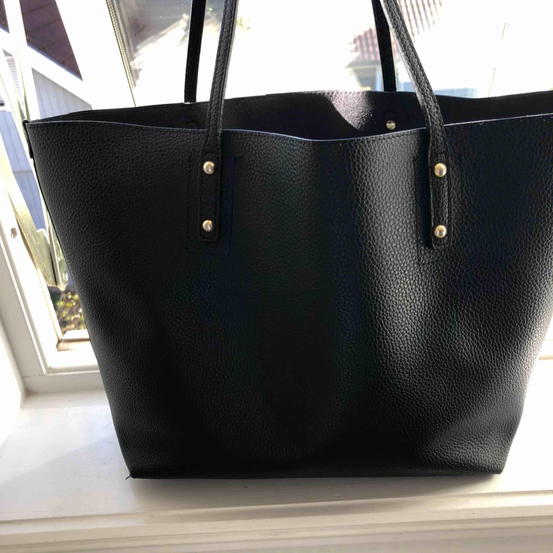 """Super snygg väska. Dock tyvärr aldrig kommit till användning. Köpt på accent för 500kr.  Väskan har avtagbar """"necessär"""" inuti med småfack i. . Väskor."""