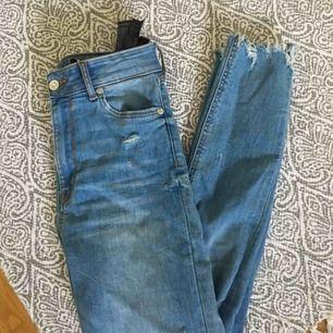 Jeans från zara, högmidjade. Strechigt tyg. Storlek 36, slitningar både nedtill och på knäna. Fraktar endast, den är inräknad i priset!