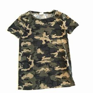 T-shirt med militärmönster från. Stretchigt material. Använd någon enstaka gång. Mycket bra skick. Frakt tillkommer.