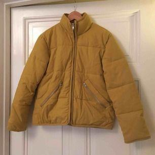 Boxig varm jacka från Weekday (Woom jacket), använd max 3 ggr. Butikspris 800kr. 🍂