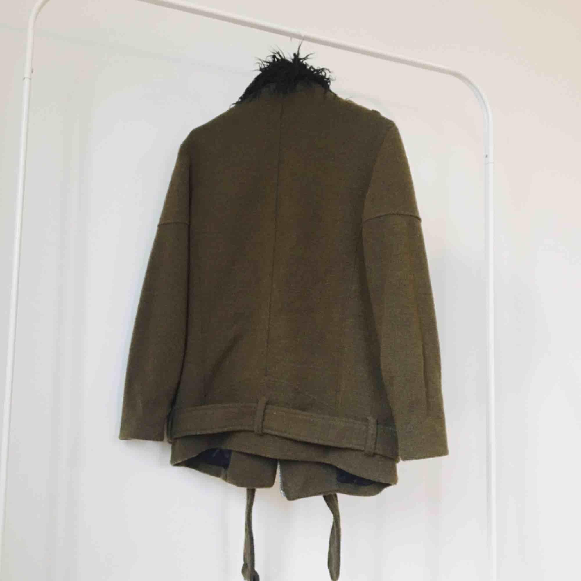 Tjock och varm bikerjacka i olivgrön med svart pälskrage (fake självklart). Sparsamt använd. Kan mötas upp i Sthlm eller skickas mot frakt. ✨. Jackor.