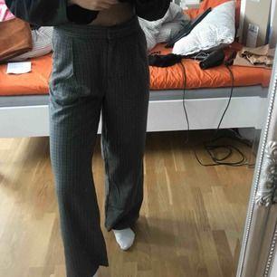 Högmidjade rutiga byxor från monki i storlek 36, passar perfekt i längden på mig som är 1.70! Använda ca 2 gånger så jättebra skick och supersnygga nu till hösten!! Frakten ingår :))