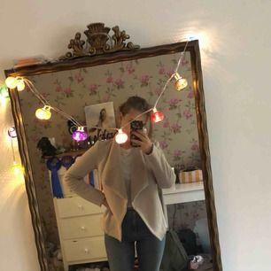 En vår/höst jacka i fake mocka från Gina Tricot. Väldigt lite använd och i bra skick. Kan mötas upp i Uppsala eller skickas, köpare står för frakt.