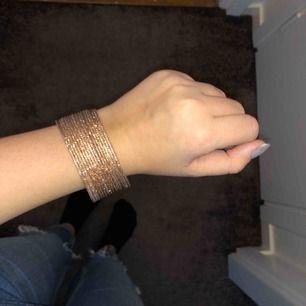 Armband i guldfärg, tror dem är från Glitter men är inte säker. Aldrig använda. Kan mötas upp i Uppsala eller skickas, köpare står för frakt.