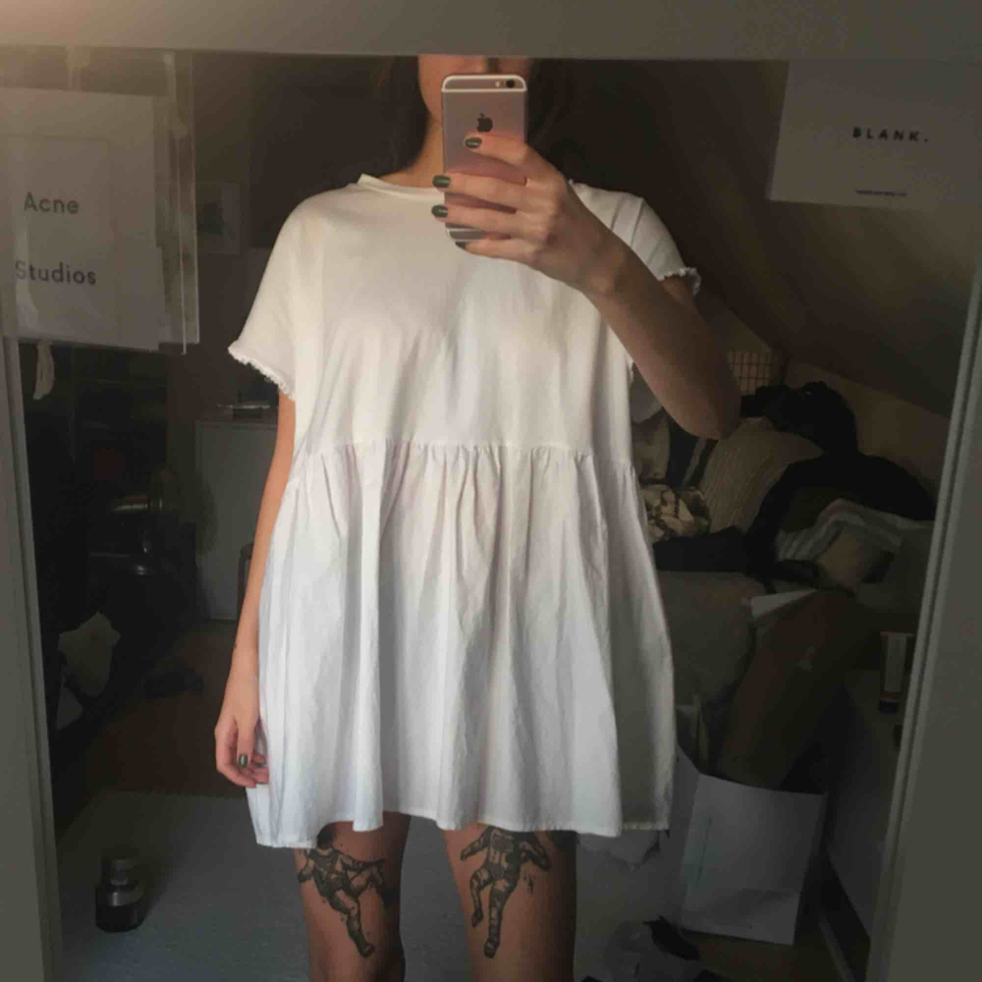 Vid luftig klänning från zara! Superbekväm och ser så fin ut på i verkligheten. Använd en gång! Frakt tillkommer.. Klänningar.