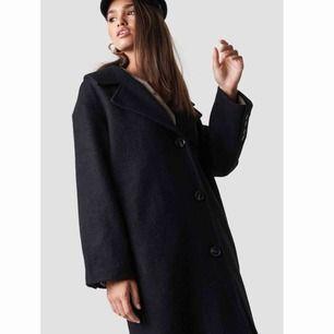 - Oversized svart kappa i ull - Hannalicious x NA-KD  - storlek 34 - helt ny, alla lappar kvar - nypris 1000kr - avhämtning i Göteborg eller frakt på ca 100kr