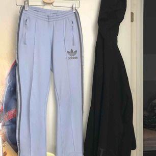 Snygga Adidasbyxor i babyblå!!! Mid waist och har en liten flare längst ner. Jag är 160cm! Frakt 50 eller möter i Gbg Borås och Malmö!