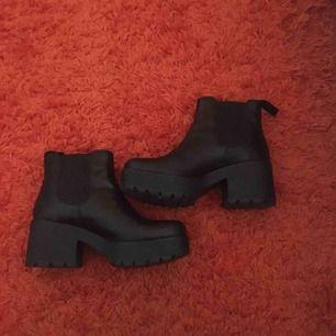 Jätte coola skor från Vagabond i modellen Dioon! Storlek 37. Säljer eftersom jag inte använder dem så mycket som jag tänkte mig. Perfekt nu för hösten och vintern. frakt ingår. Orginalpris är 1100kr. Äkta skinn.