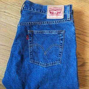 Ett par Levis jeans använda typ 2 ggr. Inköpta för några månader sen för 899kr. Modellen heter 501 CT (boyfriend jeans typ) och sista bilden är ett par i samma modell. Möts upp eller så står köparen för frakt på 54kr
