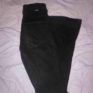 Säljer dessa populära bootcut/flaire jeans från dr denim. Hål på knäna. Dock slitna nertill men kanten kan klippas av om så önskas. Passar allt från XS till M eftersom de är jättestretchiga. Nypris:500