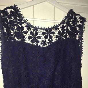 Helt ny klänning i strl M. Endast testad så mycket fint skick.  Dragkedja i sidan och öppen rygg.  Skickas mot frakt
